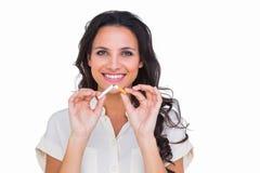 Jolie brune cassant une cigarette photographie stock libre de droits