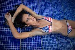 Jolie brune dans un maillot de bain lumineux Photographie stock libre de droits