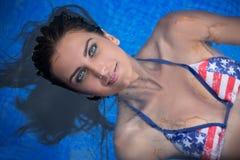 Jolie brune dans un maillot de bain lumineux Photo libre de droits