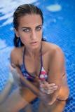 Jolie brune dans un maillot de bain lumineux Photos libres de droits