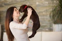 Jolie brune embrassant son chien Photo libre de droits
