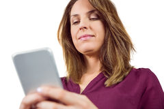 Jolie brune envoyant un message textuel Images stock