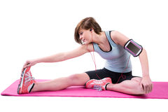 Jolie brune faisant le bout droit de tendon sur le tapis d'exercice Images stock