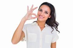 Jolie brune faisant le signe correct photo libre de droits