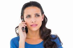 Jolie brune parlant au téléphone Images libres de droits