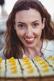 Jolie brune regardant des pâtisseries Photographie stock