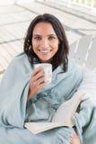 Jolie brune se reposant sur une chaise et un café potable Photo libre de droits
