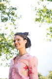 Jolie brune souriant en parc photos libres de droits