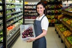 Jolie brune tenant la boîte du légume photo libre de droits