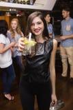 Jolie brune tenant un cocktail Image stock