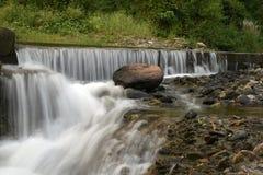 Jolie cascade sur des pierres de roche Images libres de droits