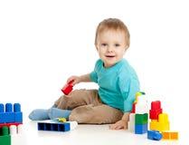 Jolie chéri avec le jouet éducatif de couleur Photos stock