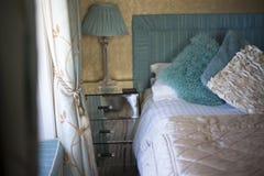 Jolie chambre à coucher fournissant photographie stock libre de droits