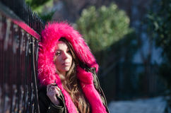 Jolie dame dehors en temps froid photos libres de droits