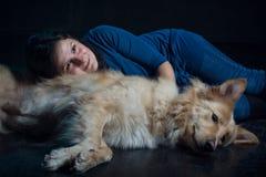 Jolie dame et son beau chien Image libre de droits