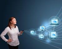 Jolie dame tapant sur le smartphone avec le calcul de nuage Image stock