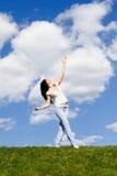 Jolie danse de femme sur l'herbe verte photos stock