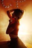Jolie e-cigarette de fumée de vipère de fille dans une boîte de nuit photo stock