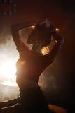 Jolie e-cigarette de fumée de vipère de fille dans une boîte de nuit Image libre de droits
