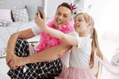 Jolie famille hilare posant pour une photo Images libres de droits