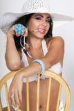 Jolie femelle utilisant un chapeau de bikini et de soleil image stock