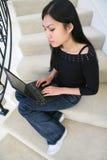 Jolie femme à l'aide de l'ordinateur portatif Images stock