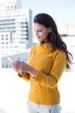 Jolie femme à l'aide de son smartphone Image libre de droits