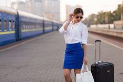 Jolie femme à la station de train Photos libres de droits