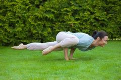 Jolie femme adulte faisant le yoga Images stock