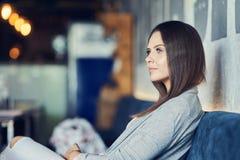 Jolie femme adulte s'asseyant dans le restaurant photo stock