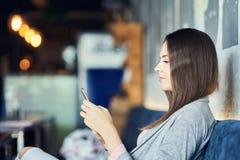 Jolie femme adulte s'asseyant dans le restaurant photos libres de droits