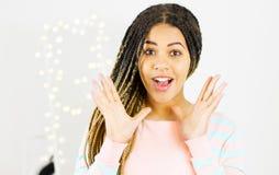 Jolie femme afro-américaine émotive avec des dreadlocks sur le fond brouillé de miroir de bokeh images libres de droits