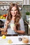 Jolie femme ajoutant le sucre de canne au thé Photos libres de droits