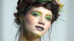 Jolie femme, art de maquillage de nature clips vidéos