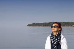 Jolie femme attrapant le soleil Images stock