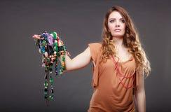 Jolie femme avec des bracelets d'anneau de colliers de bijoux Image stock