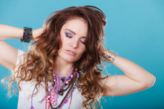 Jolie femme avec des bracelets d'anneau de colliers de bijoux Photographie stock