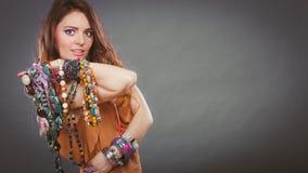 Jolie femme avec des bracelets d'anneau de colliers de bijoux Photographie stock libre de droits