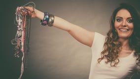 Jolie femme avec des bracelets d'anneau de colliers de bijoux Photos libres de droits