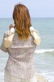 Jolie femme avec des chaussures au-dessus d'épaule Image stock