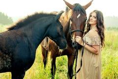 Jolie femme avec des chevaux Photos libres de droits
