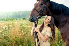 Jolie femme avec des chevaux Photo stock