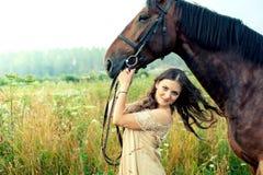 Jolie femme avec des chevaux Photos stock
