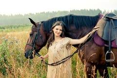 Jolie femme avec des chevaux Image stock