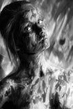 Jolie femme avec des courses de peinture sur la photo désaturée Photographie stock