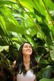 Jolie femme avec la beauté naturelle souriant à l'appareil-photo Jeunesse et ha photo libre de droits