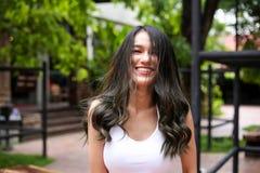 Jolie femme avec la beauté naturelle souriant à l'appareil-photo Jeunesse et ha photographie stock