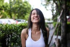 Jolie femme avec la beauté naturelle souriant à l'appareil-photo Jeunesse et ha image stock