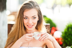 Jolie femme avec la cuvette de café Photo stock