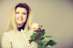 Jolie femme avec la fleur de rose de blanc photo libre de droits